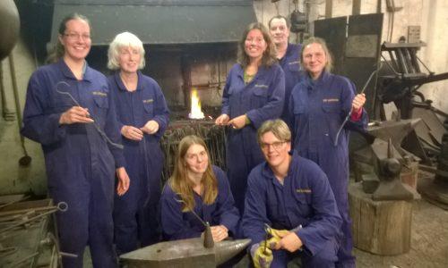 Workshop smeden met een gezellige groep vrouwen